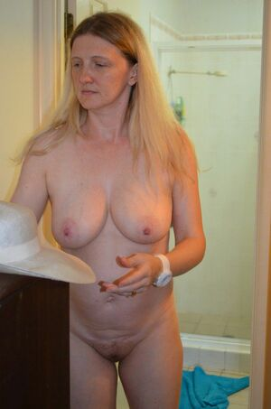 milf shows pussy